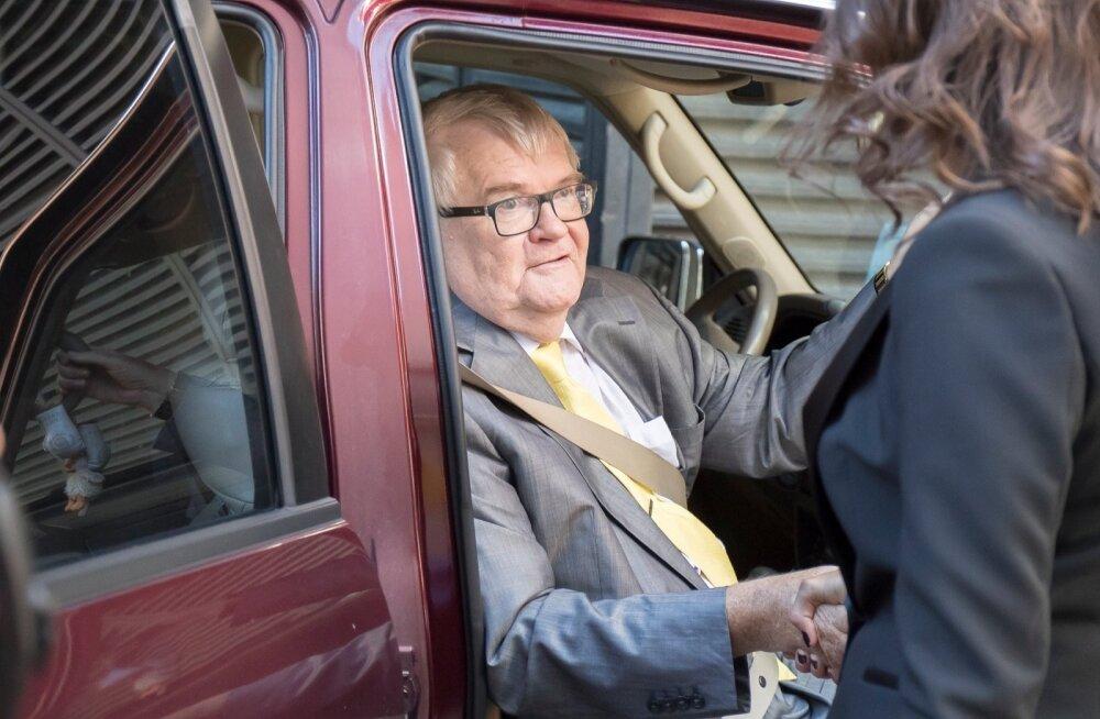 Edgar Savisaar surub pressikonverentsilt lahkudes Ivanova kätt. Lahti lasta ei tasu, sest tandem vajab teineteist 15. oktoobrini.