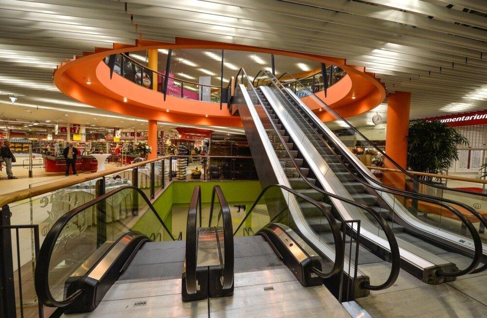 ЧП в таллиннском торговом центре: у женщины волосы застряли в эскалаторе