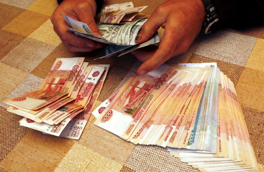"""В ожидании """"санкций из ада"""" рубль слабеет, а иностранцы продают российский госдолг"""