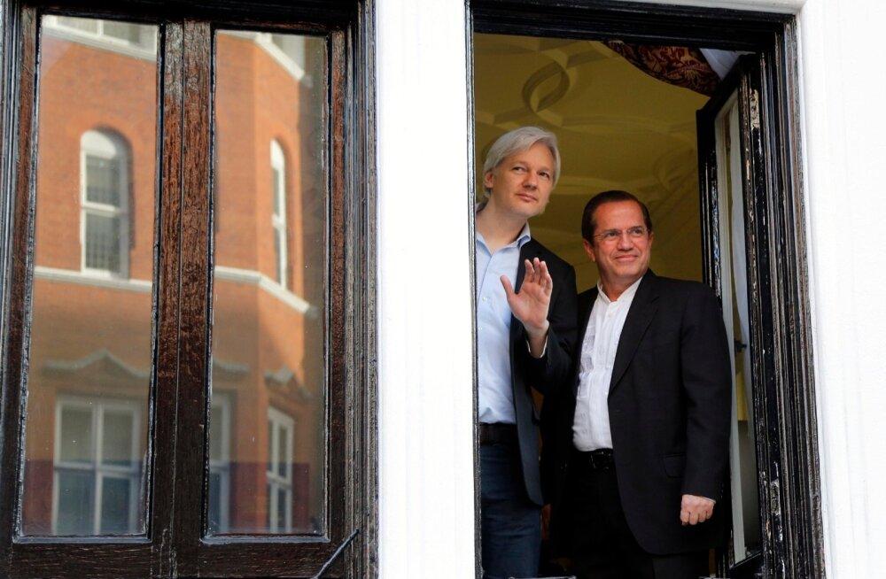 WikiLeaksi asutaja Julian Assange Ecuadori saatkonna aknal Londonis