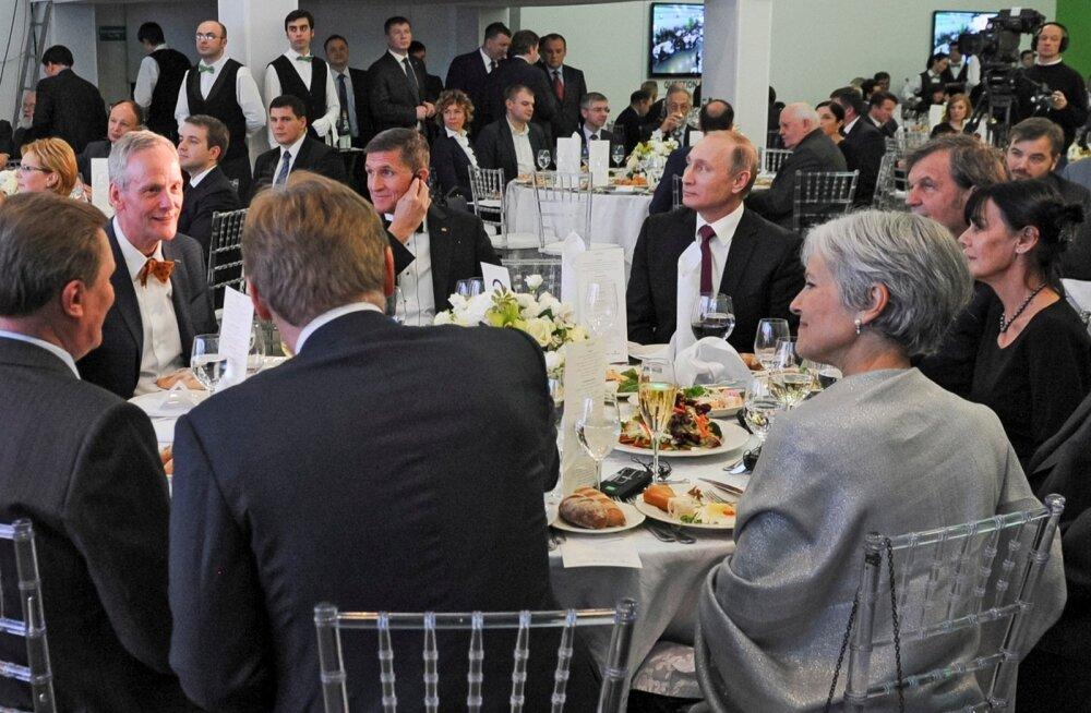 2015. aasta lõpus Moskvat külastanud Flynn pandi istuma Putini paremale käele. USA armee uurib praegu, ega erukindral ei saanud oma selle Moskvas käigu ajal Vene valitsuse käest raha.