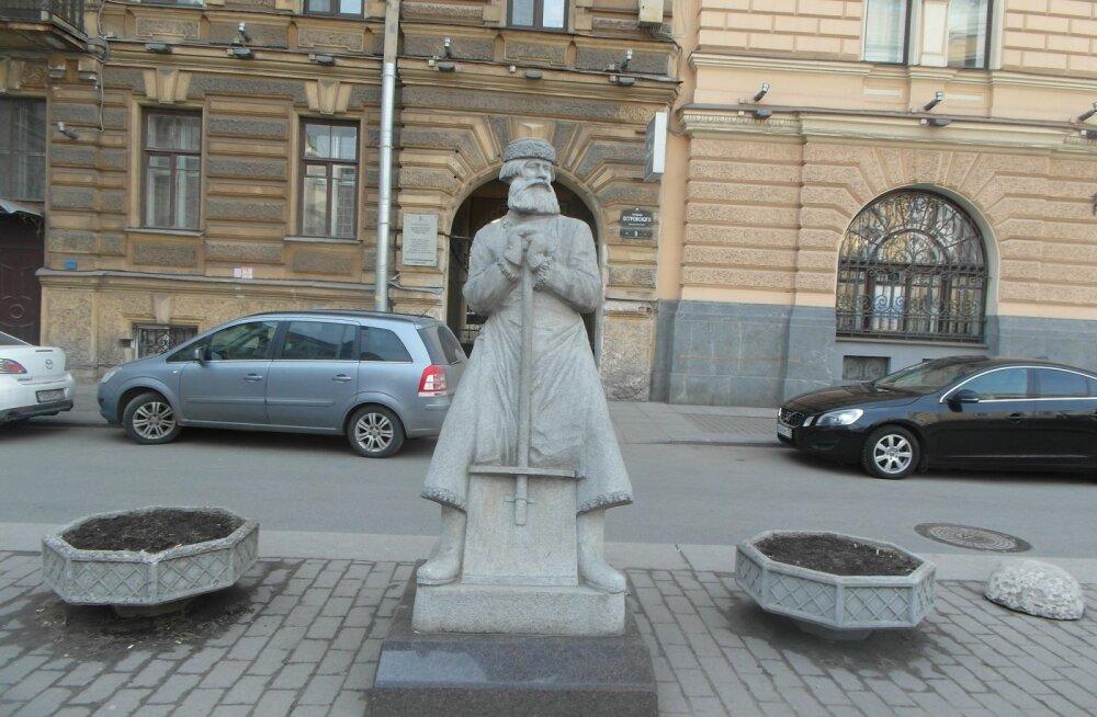 ФОТО читателя Delfi: А вы видели двухметрового дворника с площади Островского?