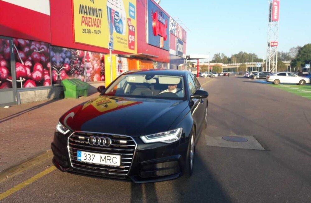 LUGEJA FOTO | Eiki Nestori auto seisis kaubanduskeskuse ees kümmekond minutit vales kohas