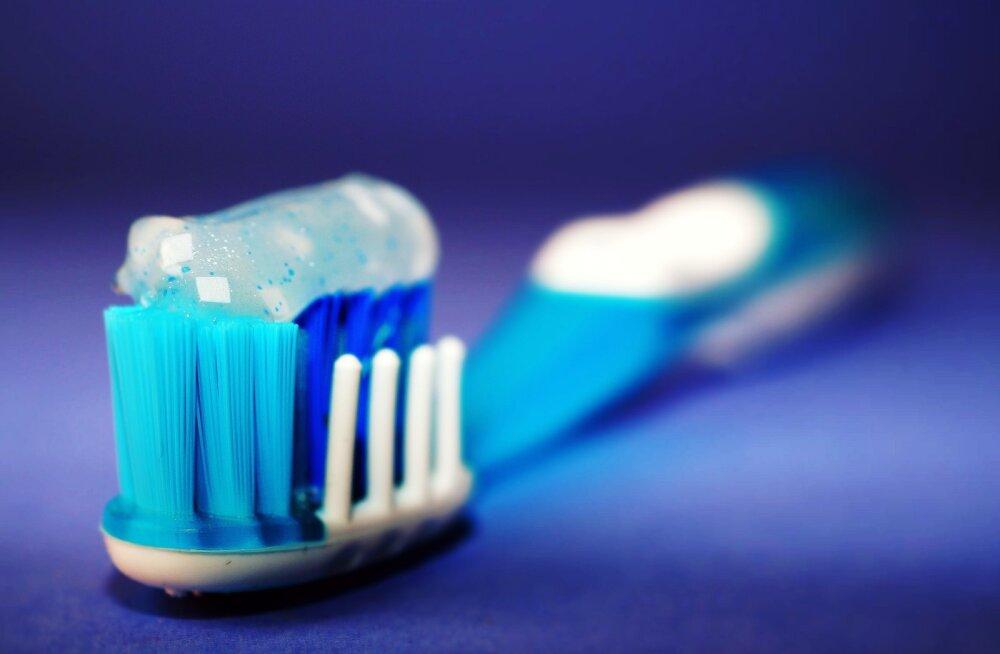 Почему иногда при чистке зубов кровоточат десна?
