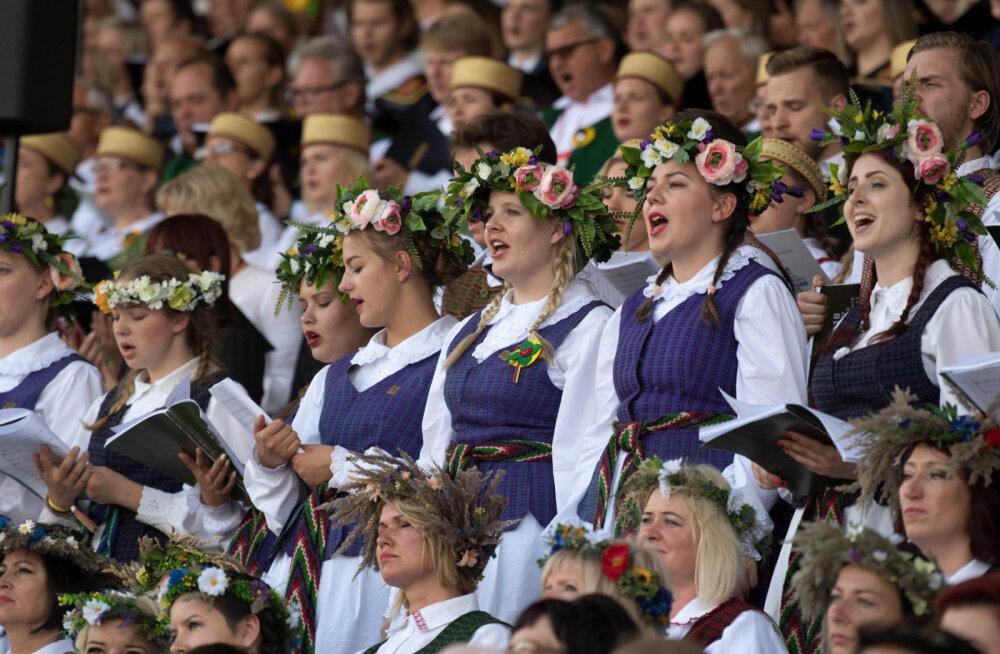 """ФОТО и ВИДЕО: В Литве тысячи людей исполнили """"Национальную песнь"""""""