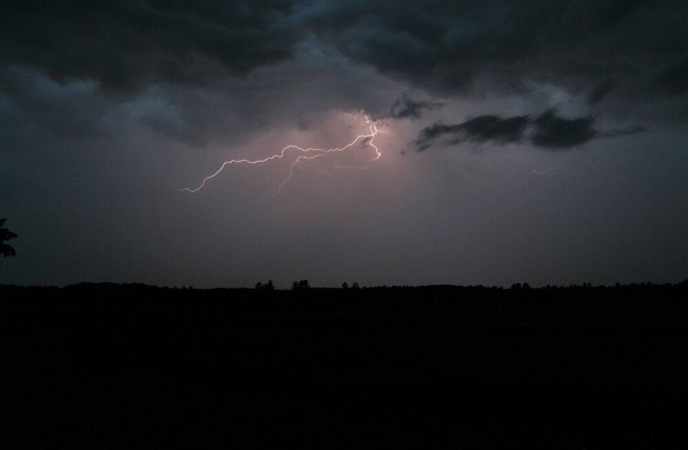 Äike hilistel õhtutundidel Jõgevamaal Veia külas
