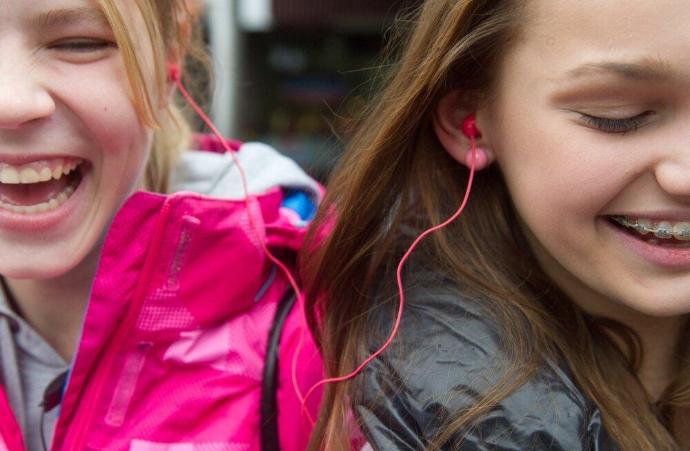 Caritta ja Triin ,ning kõrvaklapid