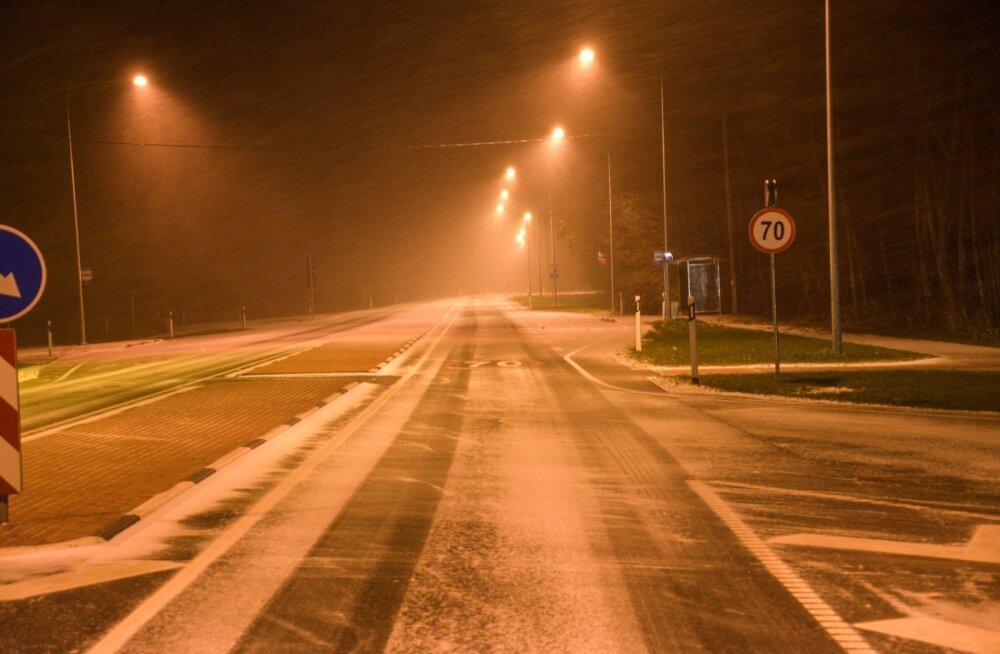 Liikluspiirangud ja teeolud: teed on valdavalt kuivad, mitmel pool on kerge lumesadu, kohati ka tuisku