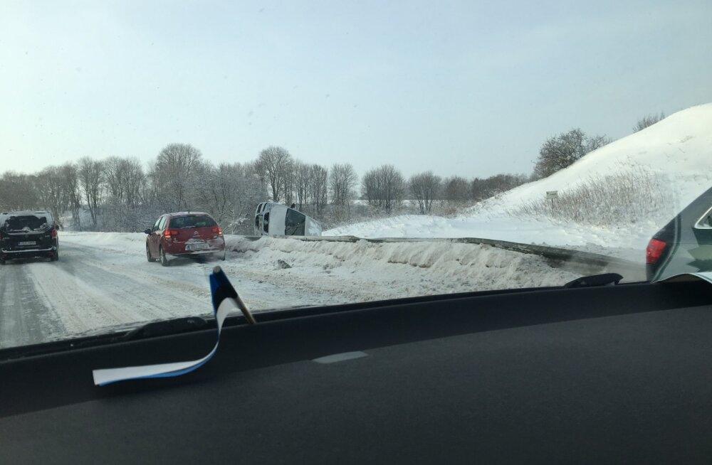 FOTO   Padaorus paiskus sõiduauto teelt välja külili, Saka–Toila teel vajus kraavi buss
