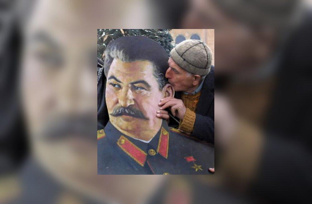 Grusiin suudleb Stalinit
