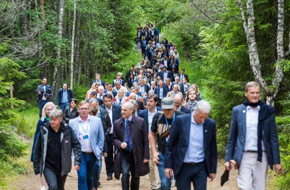 Euroopa Liidu keskkonnaministrid Paukjärve loodusrajal.