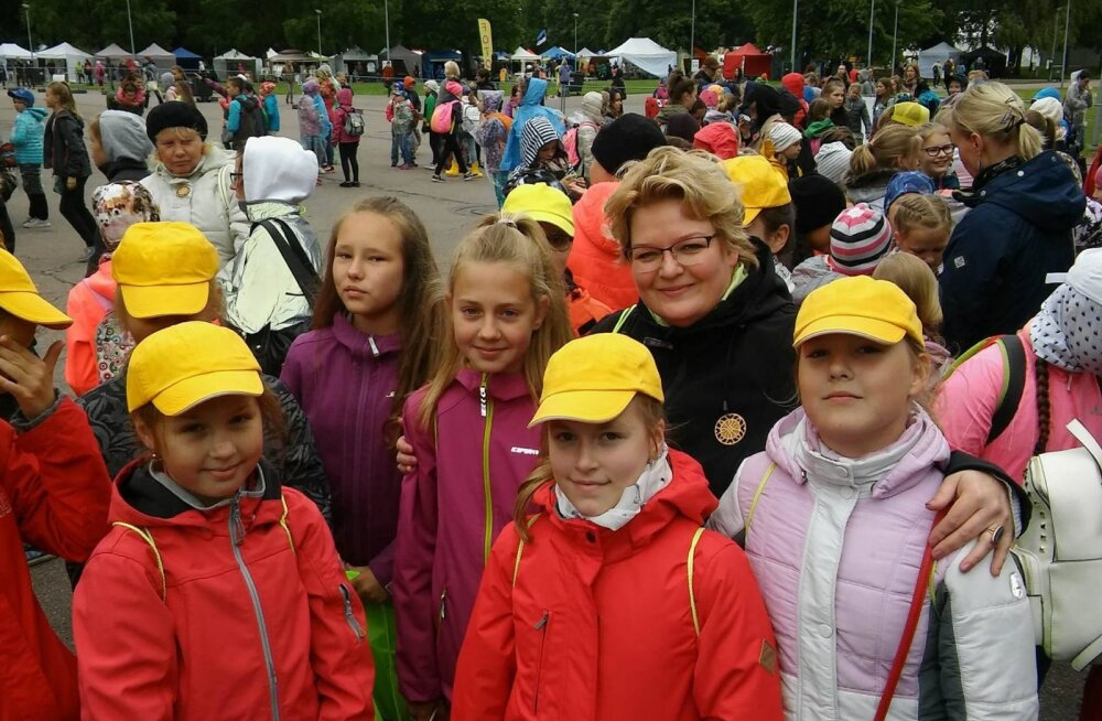 Юлия Ааре вместе с учениками на Празднике песни