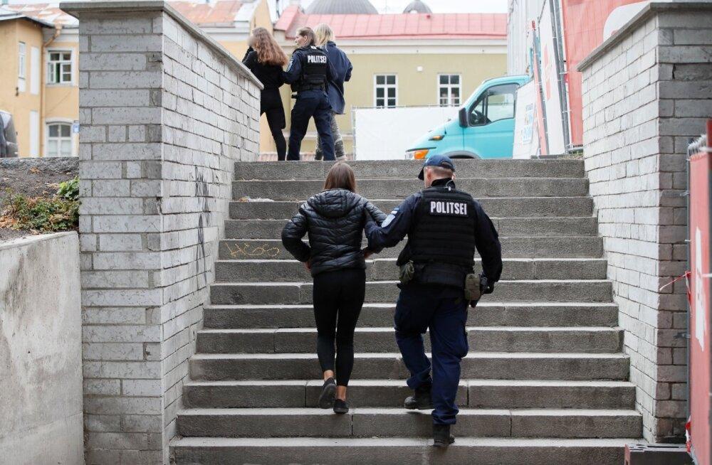 Tänavu augustis said üleriigilist tähelepanu probleemsete noorte kogunemised Tallinnas Kanuti aias. Sealt politseiga ära talutatud lapsi ei pea karistama, vaid kasvatama neis vastutustunnet, usuvad eksperdid.