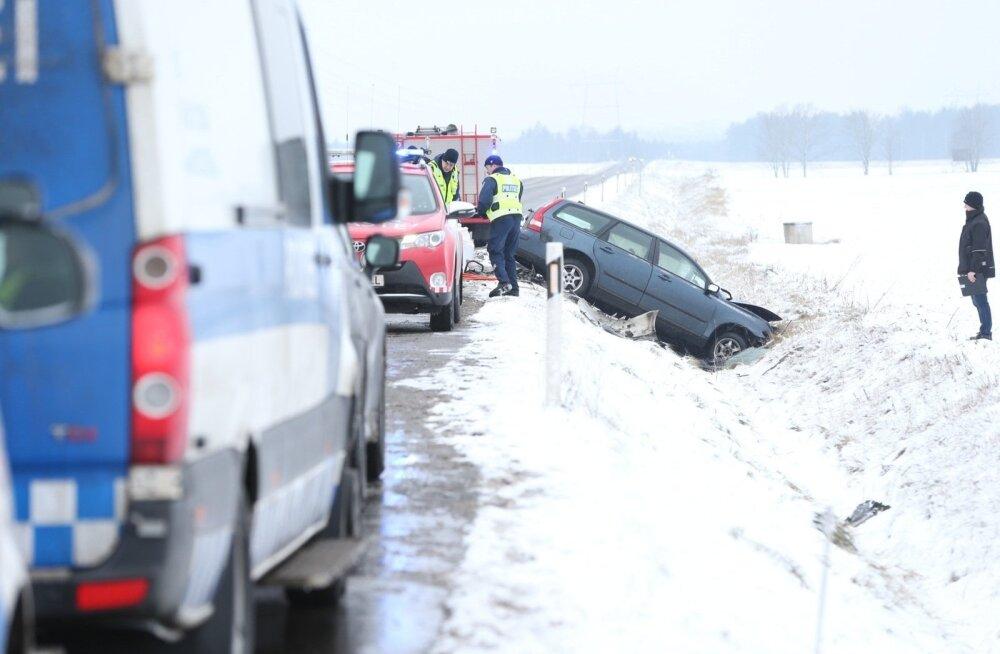 ФОТО: В тяжелом ДТП в Тартумаа погиб человек, еще один — в критическом состоянии