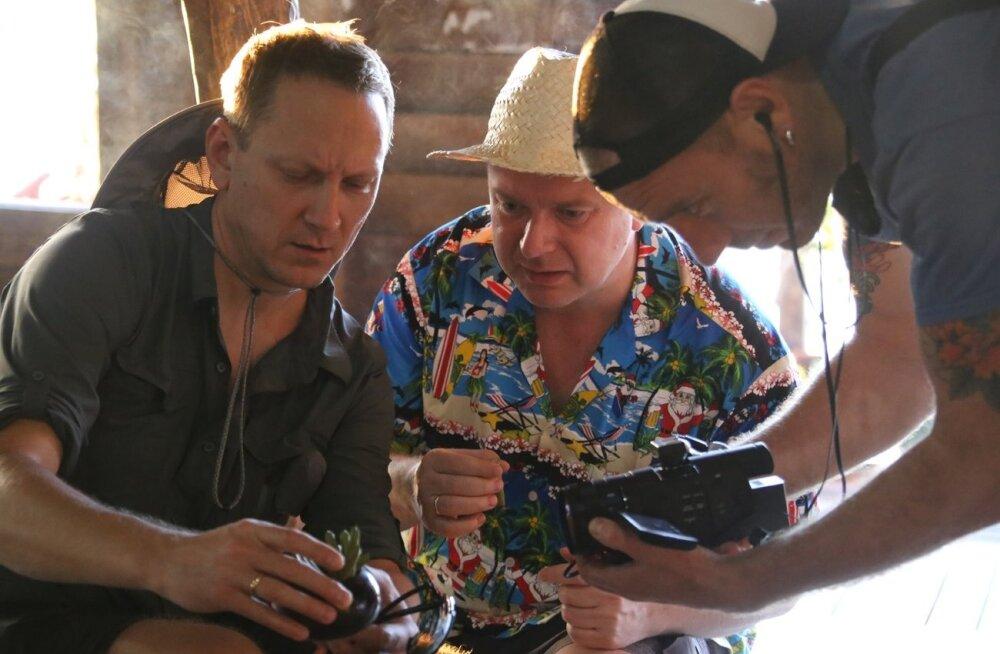 Teet Margna, Kristjan Jõekalda ja Villem Tarvas uurivad, kuidas sigarette tehakse.