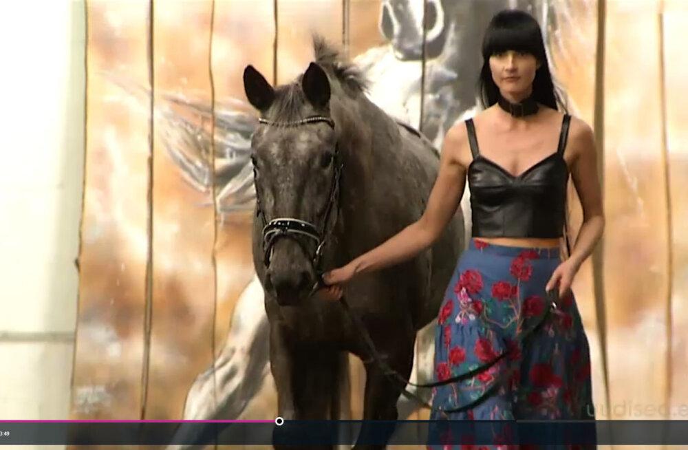 Ohus nii inimesed kui hobused!? Rõivadisainer Perit Muuga kevadine moeetendus ajas loomaarmastajatel harja punaseks