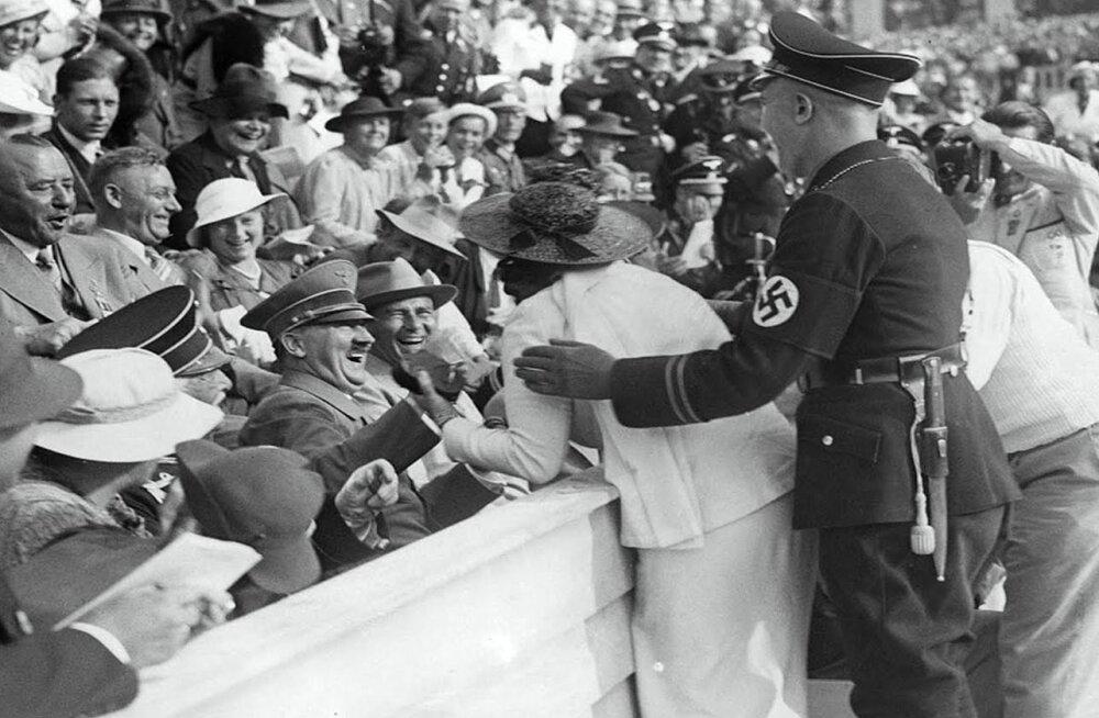 Berliini OM 1936: ameeriklanna Carla De Vries suudleb olümpiastaadionil Adolf Hitlerit