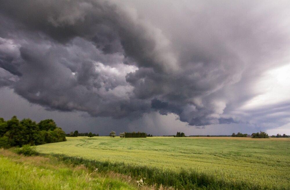Päevasel ajal arenevad võimsad rünksajupilved, mitmel pool sajab hoovihma.