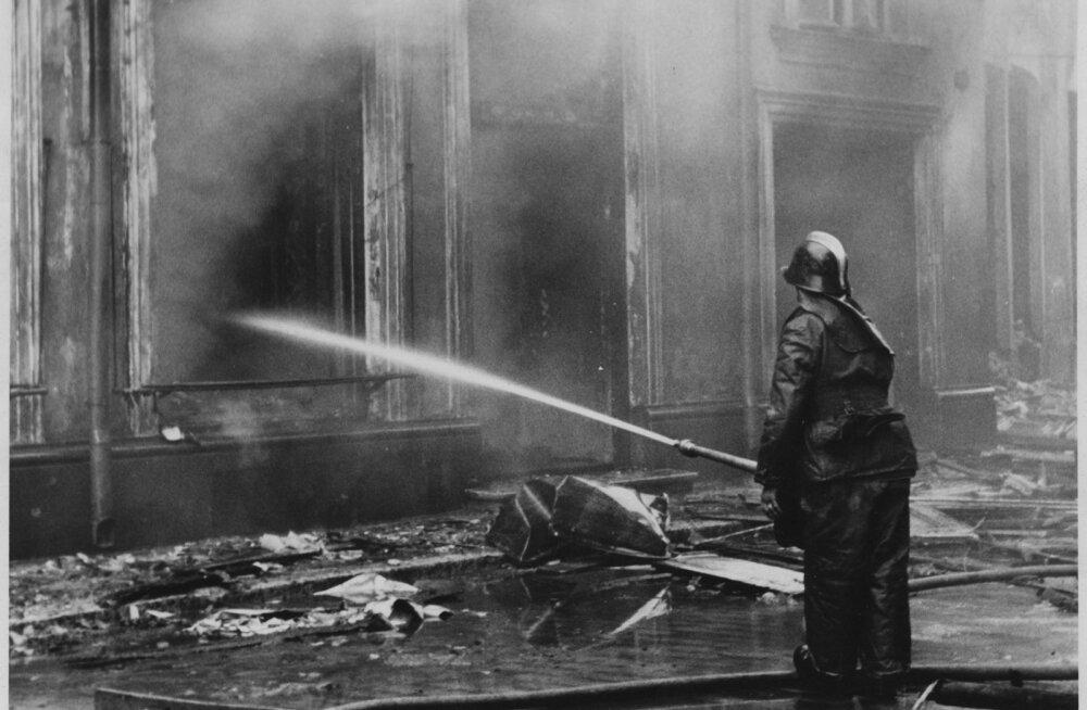 Tallinna põlemine 1944.aasta 9. märtsi ööl. Esiplaanil paremal tuletõrjuja voolikuga tuld kustutamas. Tagaplaanil keskel hoone.