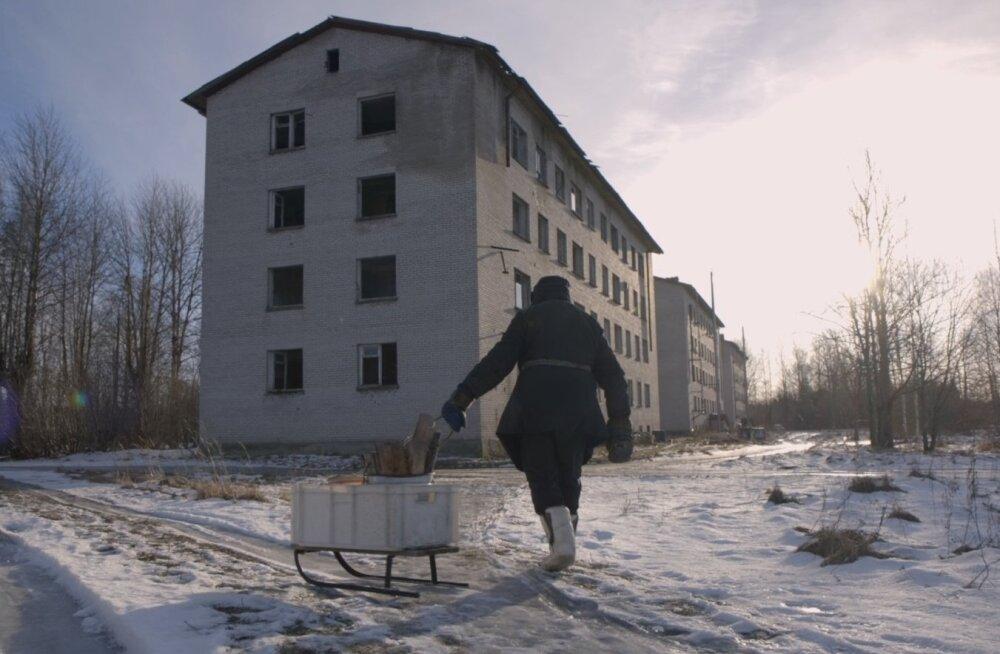 85-aastane Anna elab neljakorruselises kortermajas, kus peale tema on vaid üks elanik.