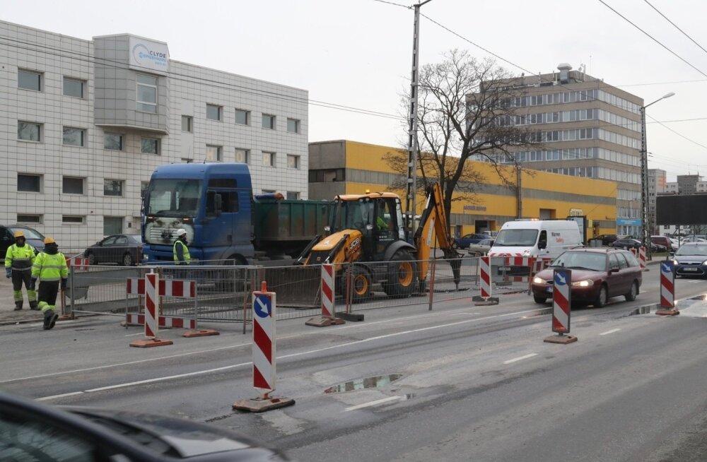 ФОТО: Движение по Мустамяэ теэ серьезно нарушено из-за прорыва трубы