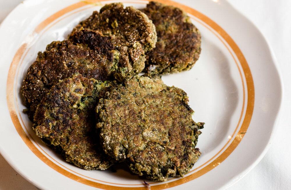 RETSEPTID | Toekas õhtusöök umbrohust: mahetatrasalat hanemaltsa ja naadilehtedega ja nõgesekotletid
