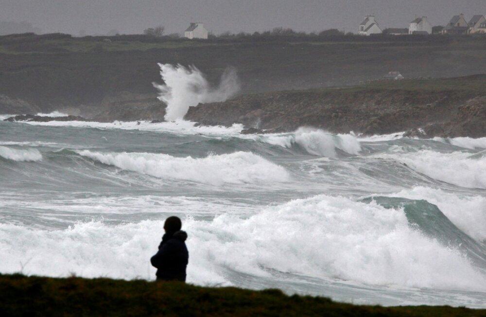 VIDEOD | Suur torm Ühendkuningriigi kallal: tuhanded on juba ilma elektrita, teed suletud, elud ohus