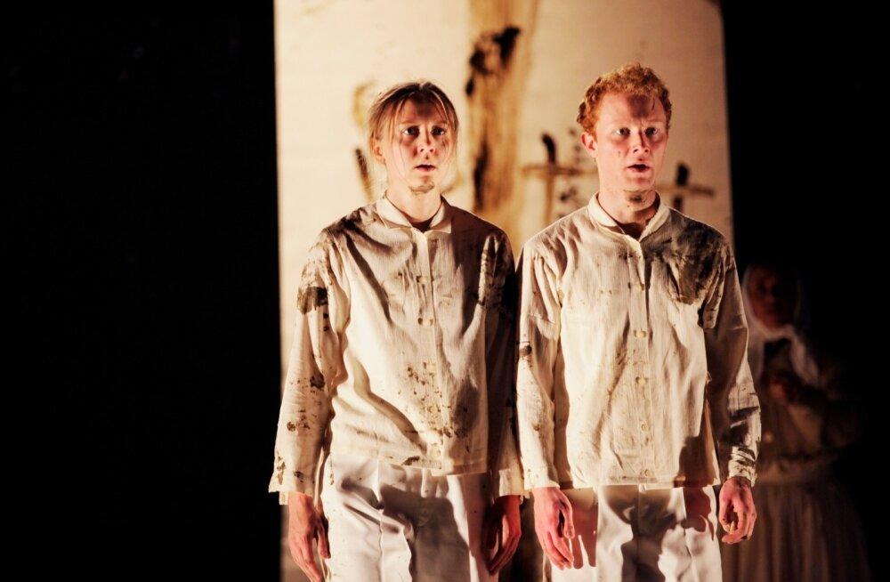 """""""Koerapojad"""" ehk kaksikvennad Lucase ja Clausi (Linda Vaher ja Loris Kubeng) ajab lahku sõda. See on Vaheri teine lavastus Berliini olulisel laval. Tema esimene roll Gorki teatris oli lavastuses """"Get Deutsch or Try Tryin'""""."""