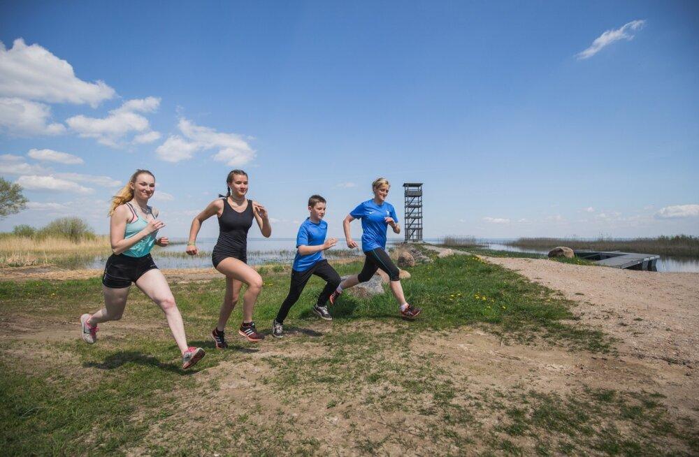 Tarvastu gümnaasiumi sportlikud noored Mari Maisla (vasakult), Meeri-Helena Kalamees ja Karl Ilves jooksmas Võrtsjärve ääres koos võimlemisõpetaja Marge Almrega.
