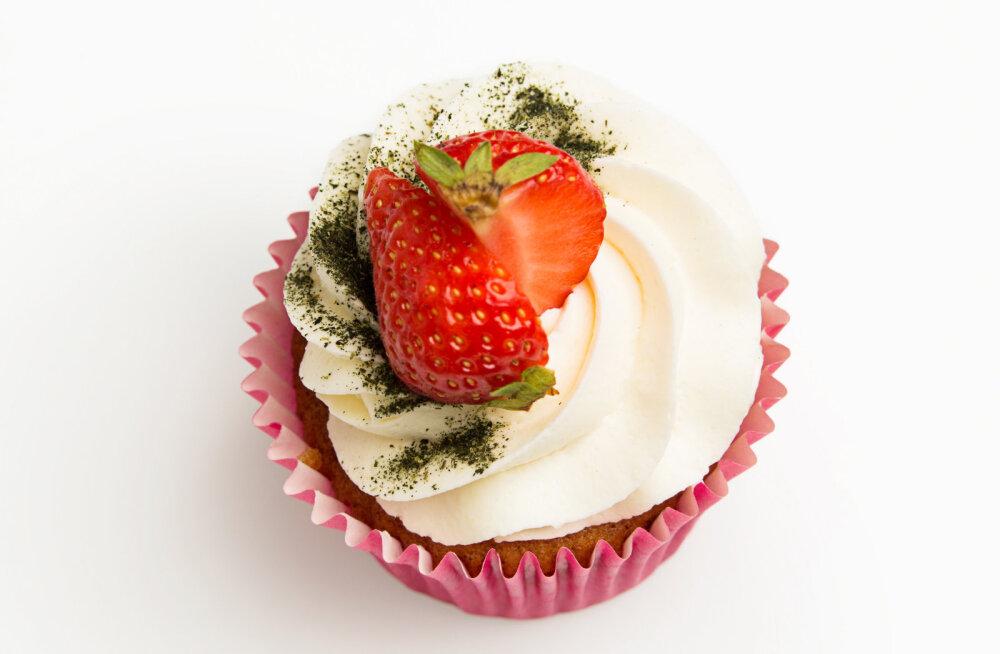 RETSEPT | Suvine maasika-rabarberi tassikook, mis maitseb küll kõigile