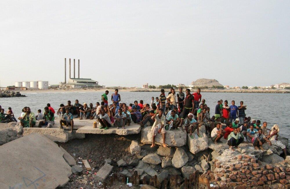 Migratsiooniorganisatsiooni teatel ajasid inimsmugeldajad 180 migranti paadist merre