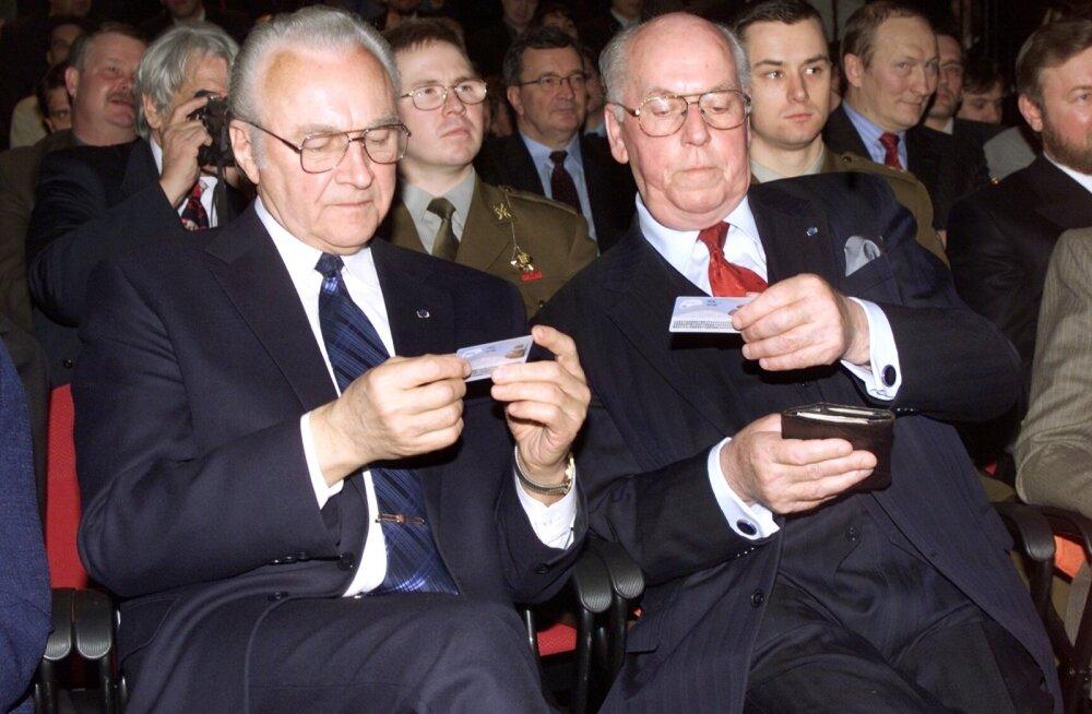 Esimesed ID-kaardid anti Arnold Rüütlile ja Lennart Merile.