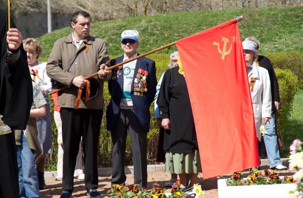 Punalipp ja veteranid Narvas 2011. aastal.