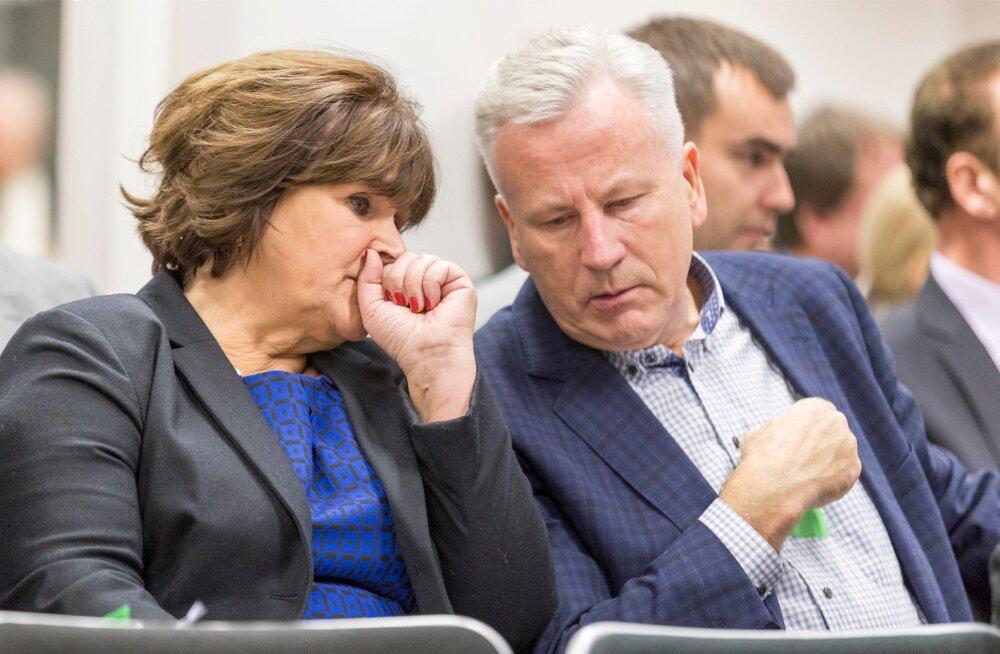 Riigikogu liige Kersti Sarapuu tegi muudatusettepaneku ajal, kui riigikogu korruptsioonivastane erikomisjon hakkas uurima tema abikaasa Arvo Sarapuu seoseid Tallinna prügiäriga.