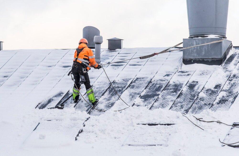 Katus, jää, lumi, koristamine, jääpurikas, hooldus, töömees, tööline, koristamine, maja,