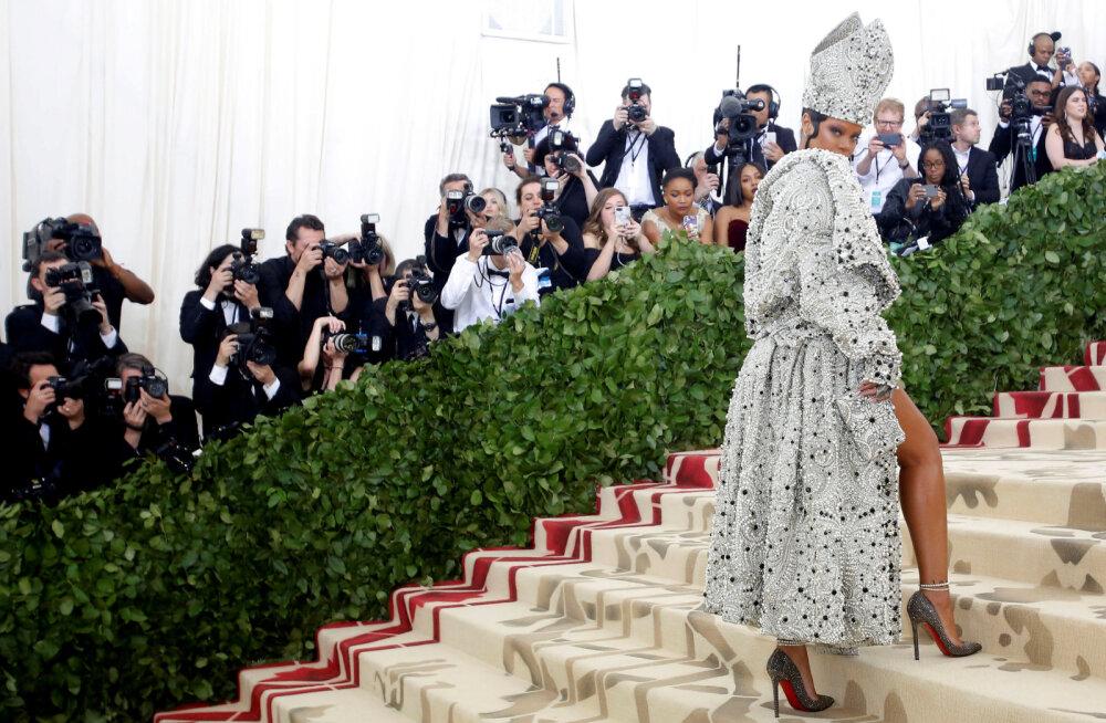 ФОТО: Высокий стиль и капелька богохульства. Что надели звезды на бал Met Gala 2018