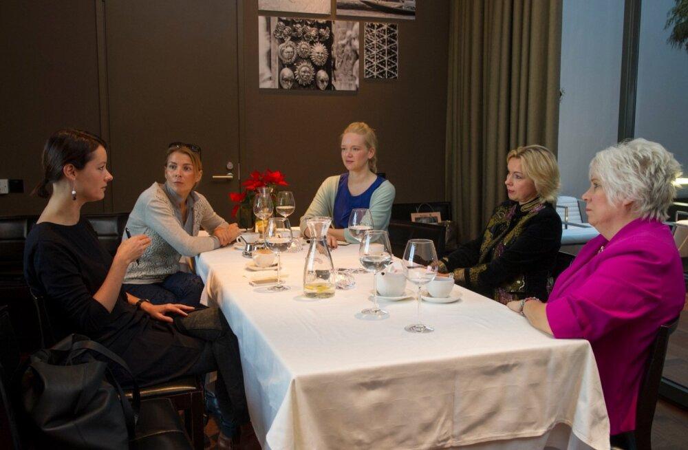 Vestlusringis vasakult Helen Sildna, Kristi Täht, Riina Raudne, Ingrid Veidenberg ja Marina Kaljurand