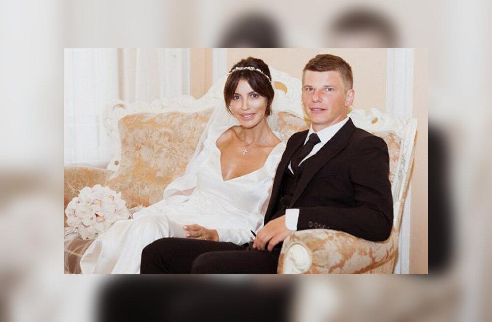 Жену Аршавина сняли с рейса за дебош на борту самолета