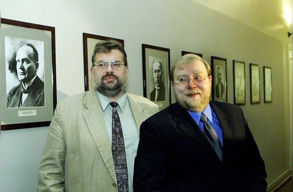 Eile tervislikel põhjustel lahkunud Andres Ammas koos järelehüüde ühe autori Mart Laariga 2001. aastal. Laari teisel peaministriajal oli Ammas tema nõunik ja büroo juhataja.