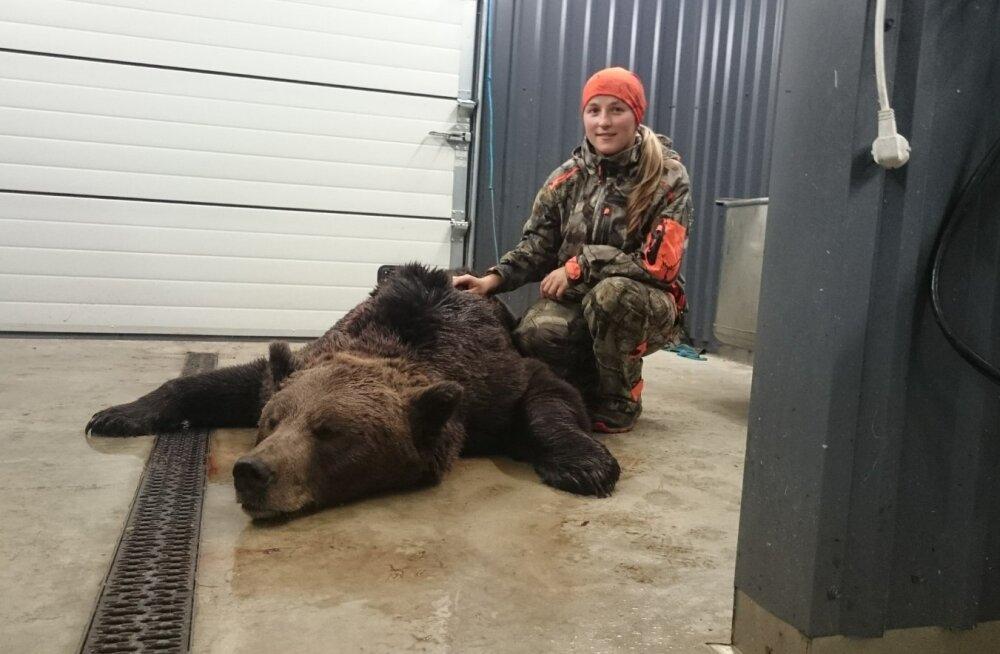 Naine ja karu: Kristiina Mitt küttis ühe Virumaa karudest. Varem on ta mesi-käppasid pildistanud ja metsas sattunud karuga tõtt vaatama 25 meetri pealt.
