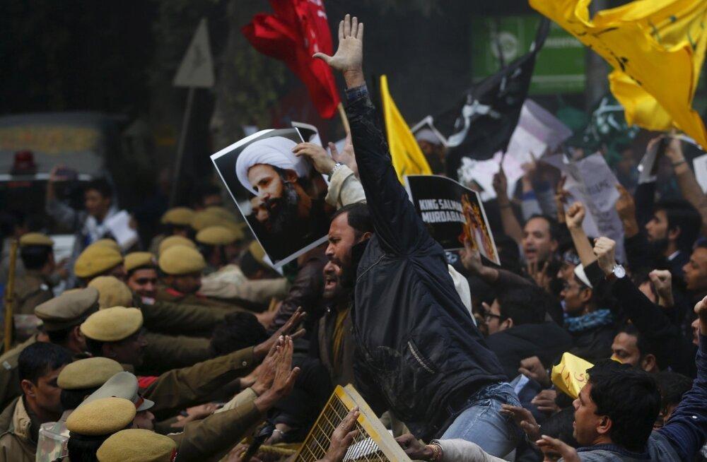 Šiiitide meeleavaldused on laienenud ka teistesse riikidesse. Pildil rünnatakse India pealinnas Saudi Araabia saatkonda. Plakatil on hukatud šeik Nimr al-Nimri pilt.
