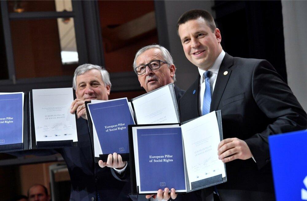 Europarlamendi president Antonio Tajani (vasakult), Euroopa Komisjoni juht Jean-Claude Juncker ja EL-i eesistujariigi juht Jüri Ratas näitavad rahvale sotsiaalsamba dokumenti.