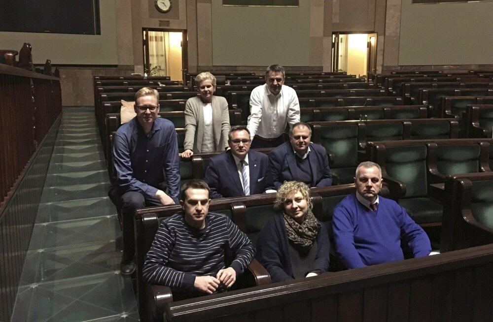 """Poola opositsioonisaadikud istuvad juba 16. detsembristvahetustega seimi saalis ja keelduvad """"okupatsiooni""""lõpetamast, enne kui tehakse uus eelarvehääletus."""