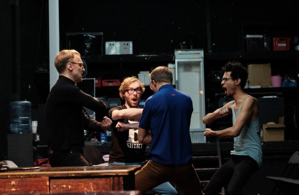 Tootearendus on meeskonnal (vasakult Mart Koldits, Lauri Kaldoja, Tõnis Niinemets, Jim Ashilevi) maksimaalselt töös.