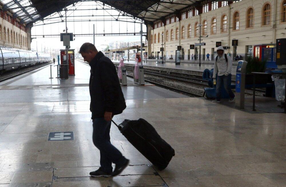 Eks tuleb siis astuma hakata. Reisija eile Marseille tühjavõitu raudteejaamas