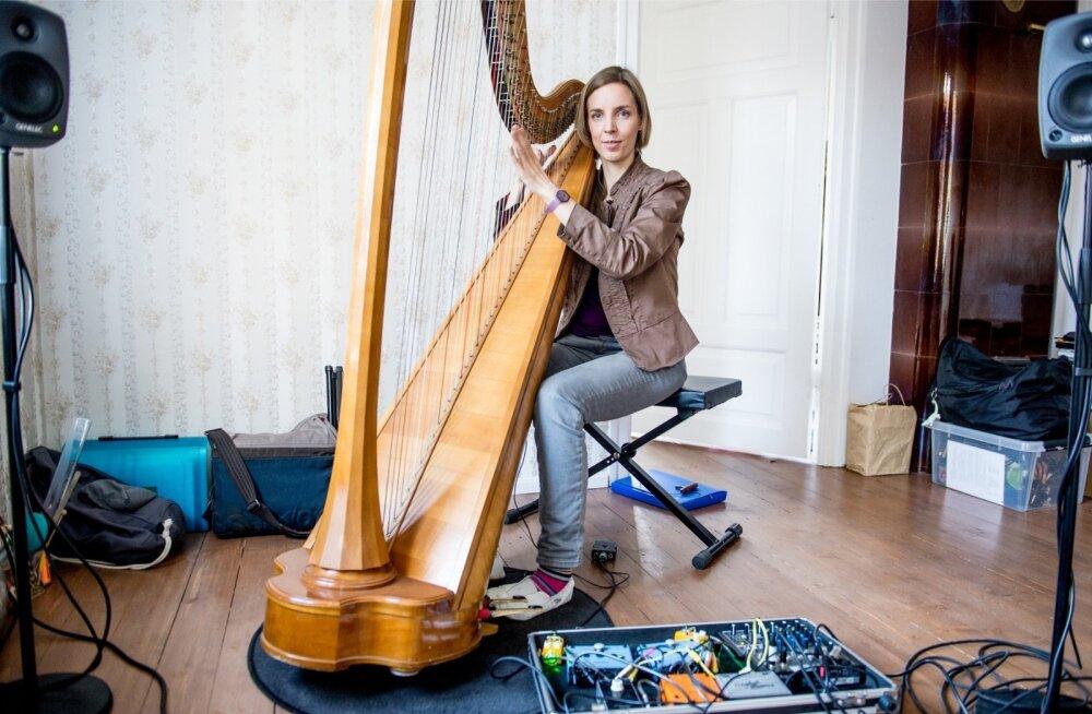 Liis Viira mängib harfi nagu möödaminnes.
