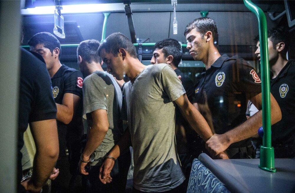 Väidetavalt riigipöördekatses osalemise eest vahistatud sõdurid väljuvad bussist, millega nad İstanbulis kohtumajja sõidutati.