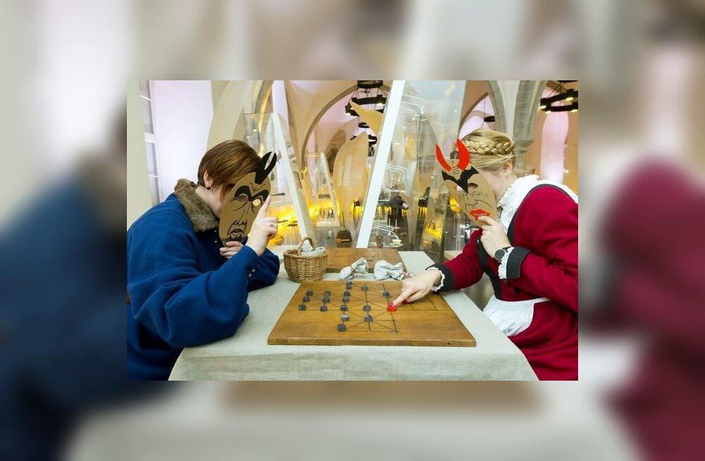 Muuseumiööl saab Ajaloomuuseumis vanu lauamänge mängida ja köit vedada