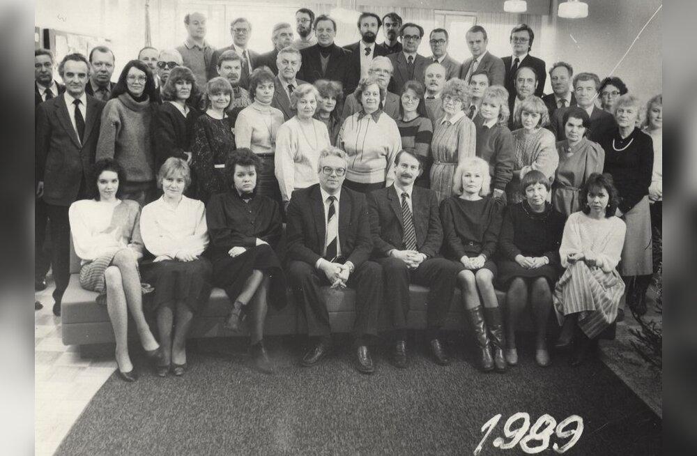 Ajalehe Rahva Hääl toimetus. Esireas keskel: peatoimetaja TOOMAS LEITO ja peatoimetaja asetäitja SIIM KALLAS. 1989, detsember.