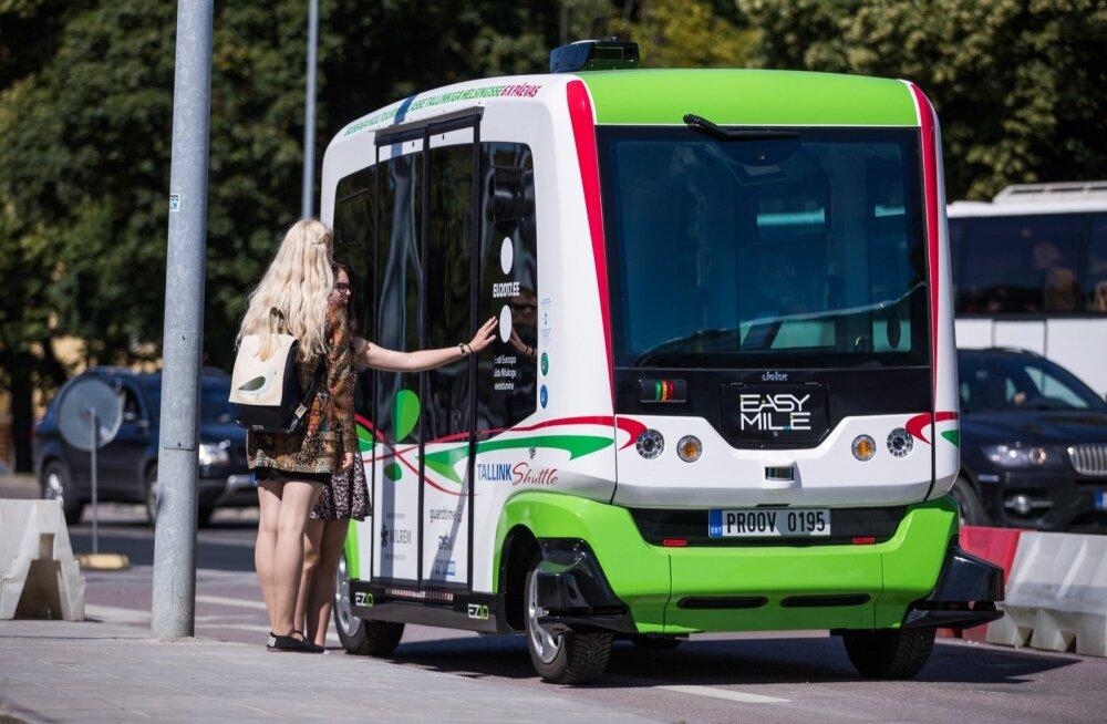 Kaks väikest isesõitvat bussi on kohal, et anda aimu ühistranspordi võimalikust tulevikust.